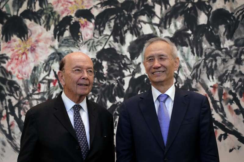 2018年6月3日,美國商務部長羅斯在北京與中國國務院副總理劉鶴進行會談(AP)