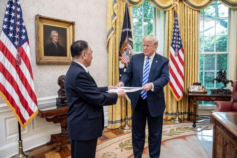 2018年6月1日,美國總統川普在白宮接見北韓特使金英哲,收下北韓最高領導人金正恩的親筆信(White House)