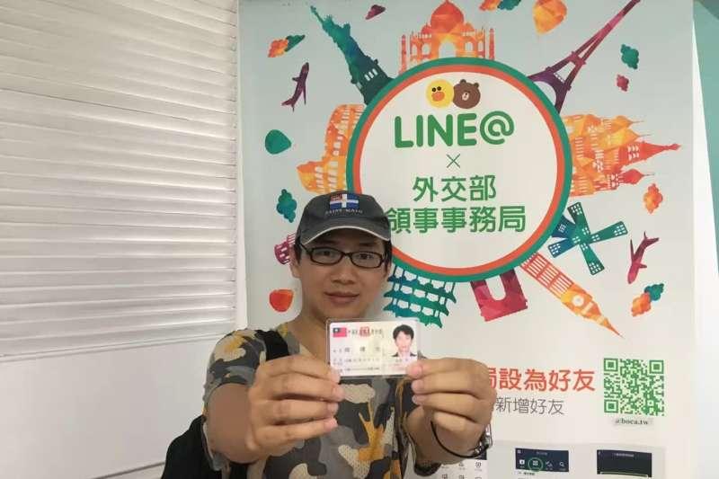 「中國公民記者第一人」周曙光5月底拿到中華民國身分證,今申請台灣護照,成功「人肉翻牆」。(翻攝自周曙光臉書)