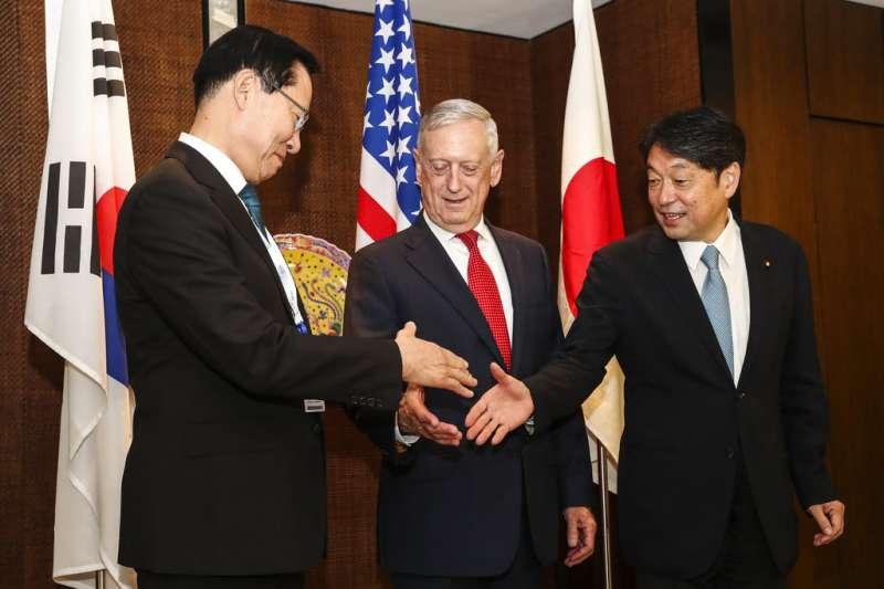 美國防長馬提斯、南韓防長宋永武(左)、日本防衛大臣小野寺五典(右)。(美聯社)