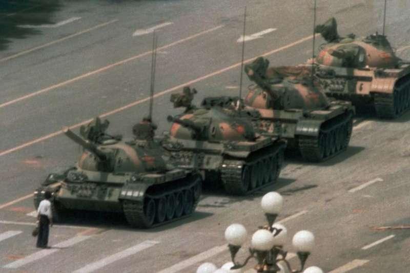 1989年6月5日,有人在北京的長安街上阻攔坦克。據說他叫王維林。(美聯社)