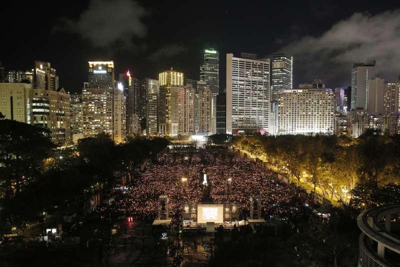 2018年6月4日,香港11.5萬市民在維多利亞公園舉行燭光晚會,悼念「六四」29周年。(資料照,美聯社)