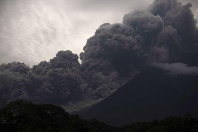 2018年6月3日,中美洲台灣友邦瓜地馬拉福埃哥火山大爆發,噴出大量火山灰(AP)