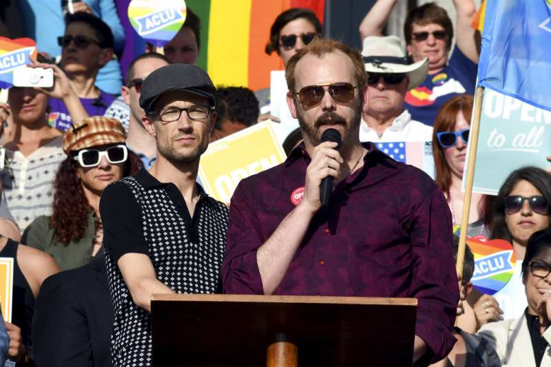 同性伴侶克萊克與馬林在最高法院外向支持者喊話。AP