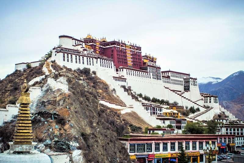 一名西藏境內藏族僧人的證詞,公開了慘無人道的「西藏改造營」。(圖/jo cool@flickr)