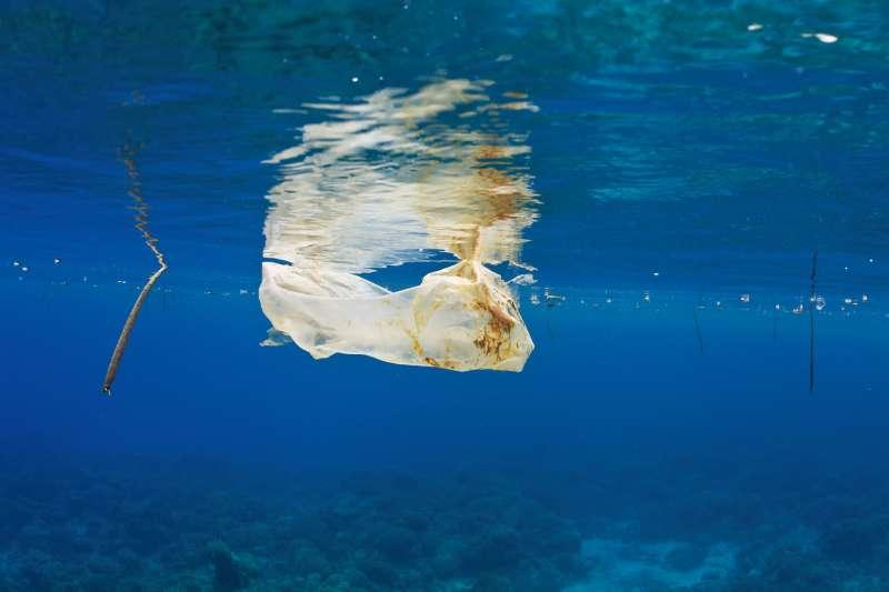 全球海洋塑膠污染日趨嚴重,這是漂浮在菲律賓外海的一個塑膠袋。(美聯社)