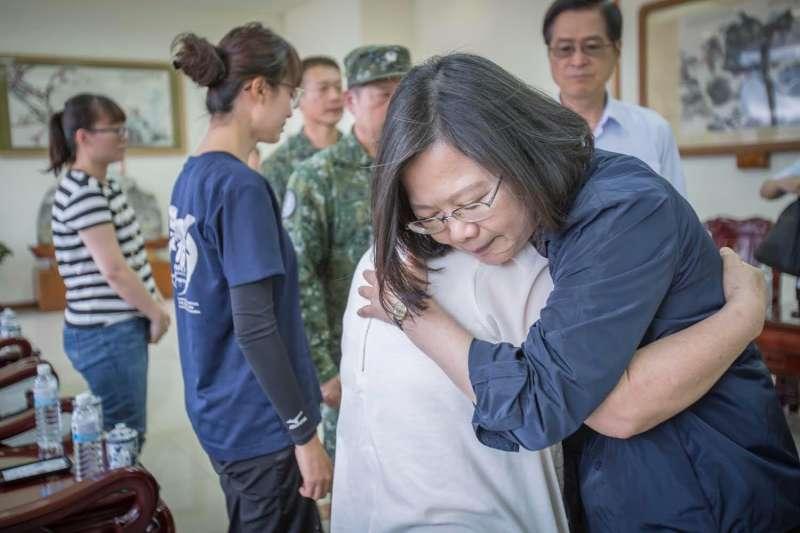 總統蔡英文探望F-16殉難飛官吳彥霆,指示國防部務必從優撫卹,並且全力協助家屬處理後續事宜。(取自蔡英文臉書)