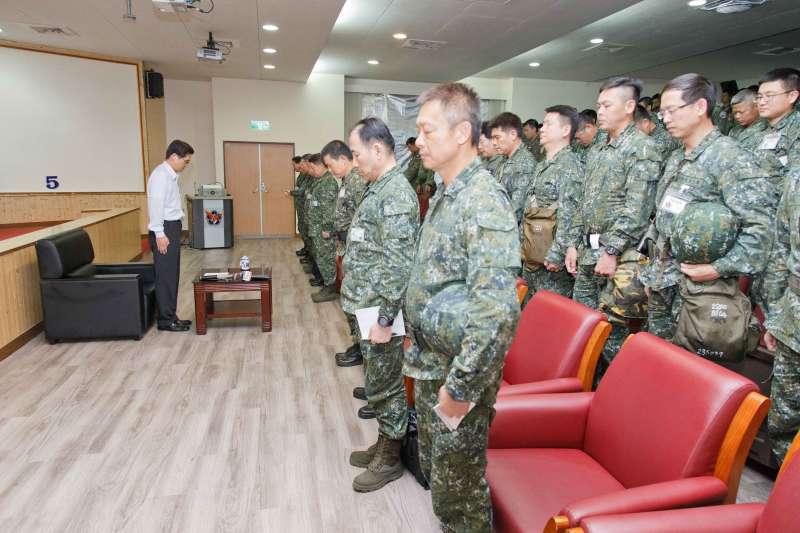 國防部長嚴德發(白衣者)向空軍第五聯隊官兵精神講話前,先向吳彥霆少校默哀。(軍聞社)