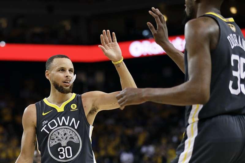 NBA總冠軍系列戰連續4年勇騎大戰,卻沒有降低觀眾收看的慾望,第2戰比起第1戰提升了7%的收視率,是繼2001年以來的第3高。(美聯社)