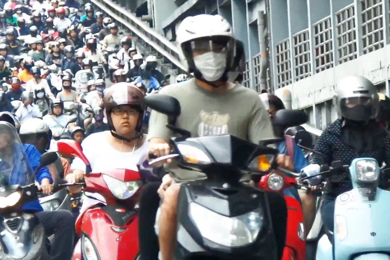 三軍總醫院中暑防治中心主任朱柏齡表示:每騎1、2小時車就要找有冷氣的地方休息,讓身體冷卻、降溫。(示意圖非本人/翻攝自youtube)