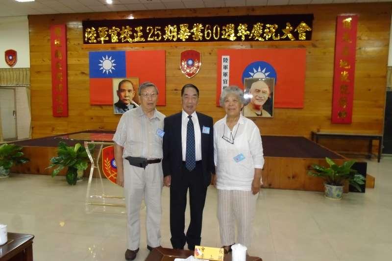 2014年陸軍官校畢業60週年慶劉錫輝夫婦與同學會長李禎林上將(中)合影。(劉錫輝提供)