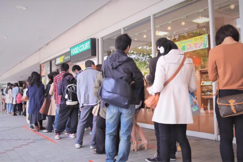 為何台灣人樣樣都要「吃到飽、高CP」,是因為貪心嗎?她道出更深層的見解...(圖/取自youtube)