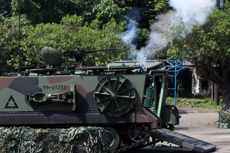 20180605-漢光演習實兵演練進入第二天,上午駐防在淡水一帶的陸軍關指部所屬機步營,進行河防反突擊、反滲透作戰演練。圖為迫砲排甲車對敵實施射擊。(蘇仲泓攝)
