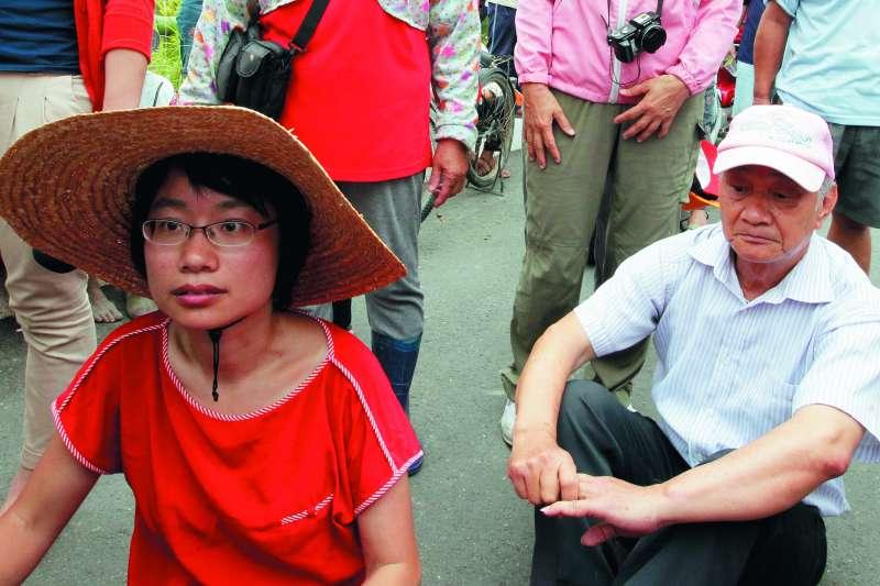 吳音寧(左)不管從事社運或到北農工作,背後都有父親吳晟(右)支持。(新新聞資料照)