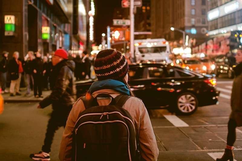 站在熱鬧的街頭,背著 NGO 的招牌、做著業務性質的工作,NGO 街頭募款員─一份充滿使命感的工作,背後所背負的壓力、困難,遠遠大過一般人的想像...(圖/Free-Photos@flickr)