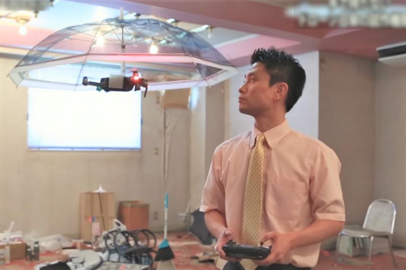 一家日本公司開發出一款無人機陽傘,未來人類可能不用手拿傘了!(圖/取自youtube)