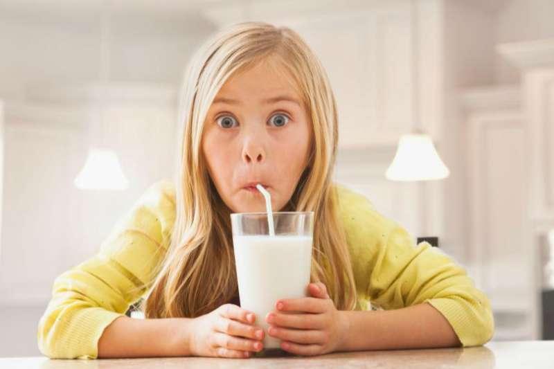 一杯「蟑螂奶」的營養價值可以抵四杯牛奶,而且生產過程比奶牛養殖更加環保,可問題是你敢喝嗎?(圖/愛范兒提供)