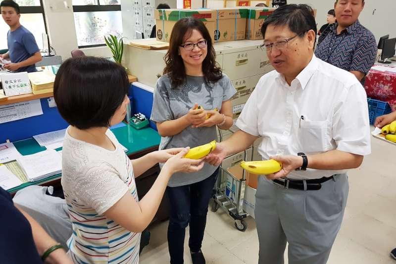 新竹縣副縣長楊文科到縣府各個局處科室分送香蕉。(圖/方詠騰攝)
