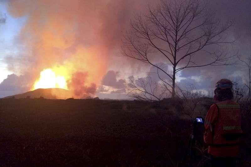 夏威夷幾勞亞火山5月初再度開始噴發,至今熔岩裂縫仍不斷產生新的岩漿,肆虐民宅。(美聯社)