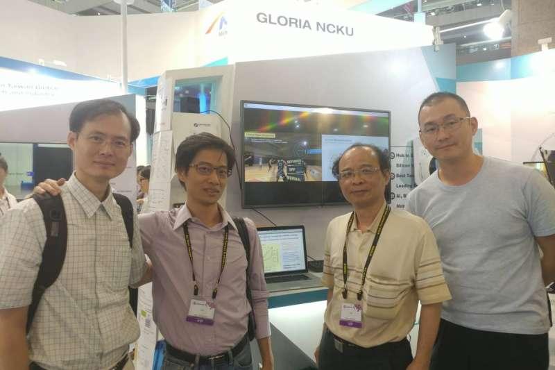 成大超級電腦參展團隊,右二為黃吉川(成功大學提供)