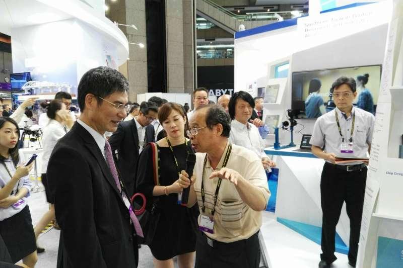 黃吉川(右)向陳良基(左)介紹超級電腦(成功大學提供)