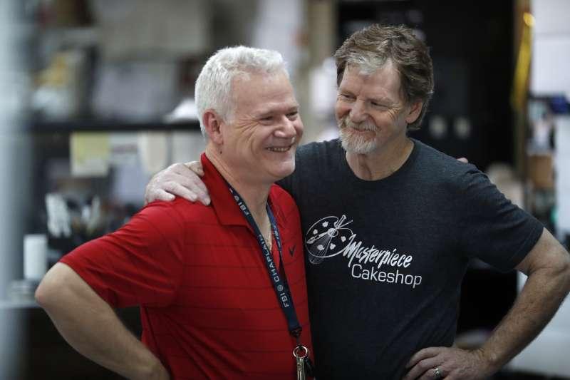 美國一名蛋糕烘培師菲利浦(Jack Phillips,右)因為拒絕為同志戀人設計蛋糕,被告上法院,案子一路打到聯邦最高法院(AP)