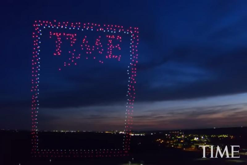 《時代雜誌》邁向95周年,創下用 958 架 Intel 無人機空中排字當封面的壯舉。(圖/Time YouTube)