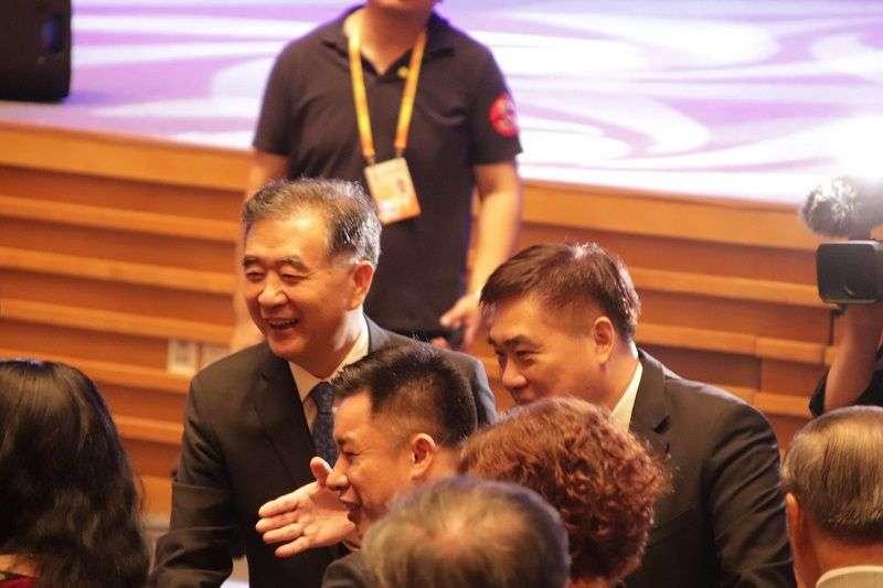 國民黨副主席郝龍斌(右)出席海峽論壇,說兩岸是一家人,又引起爭議。圖為郝龍斌與中國政協主席汪洋(左)出席廈門海峽論壇。(風傳媒)