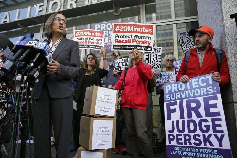 2016年民眾請願罷免加州法官。AP