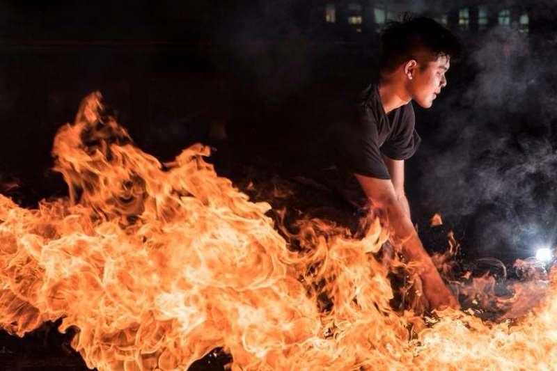 即將成真火舞團近年受邀至世界各國演出,還登上中國央視春晚。(取自即將成真火舞團臉書)