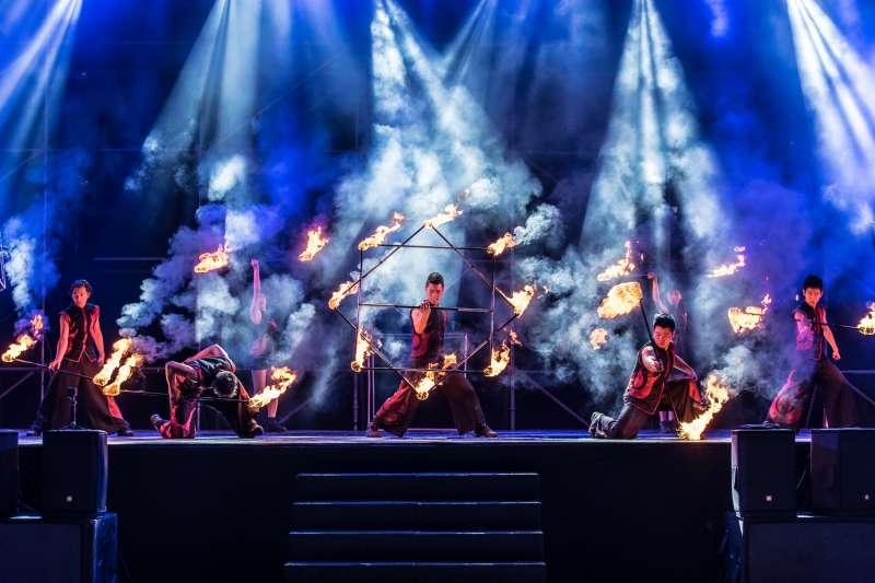 紙風車劇團推出「台灣鄉村卡車藝術工程-火舞卡車劇場」,將火舞藝術與特技表演結合。(紙風車劇團提供)