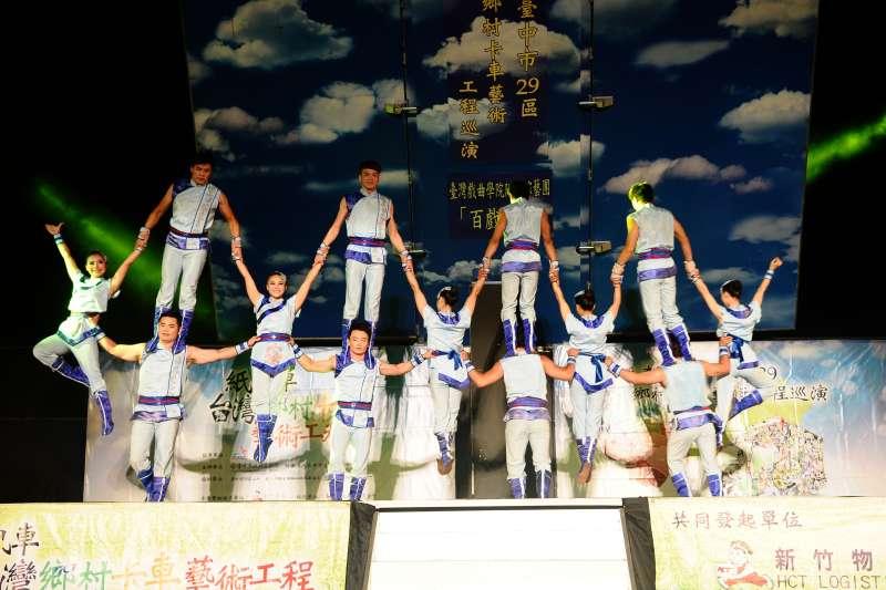 臺灣特技團也受邀合做此場演出。(紙風車劇團提供)