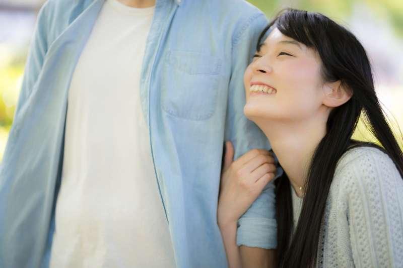 男人要是真心想與心智成熟的女人交往,最好的方法就是讓她感受到結婚的訊息。(示意圖非本人/pakutaso)