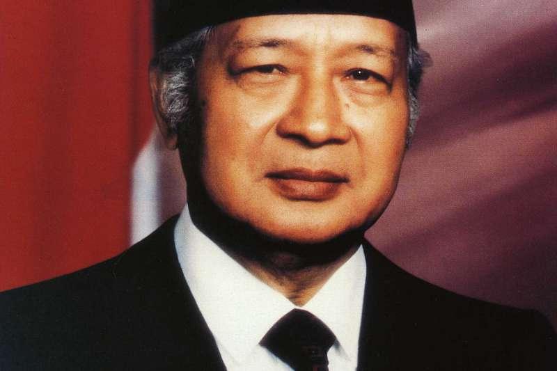 印尼從過去極權時代到現在走上民主化歷程,作者認為,「整個演變過程是令人驚艷的生命力十足」。圖為執政超過30年的印尼獨裁者蘇哈托(公有領域@Wikipedia)
