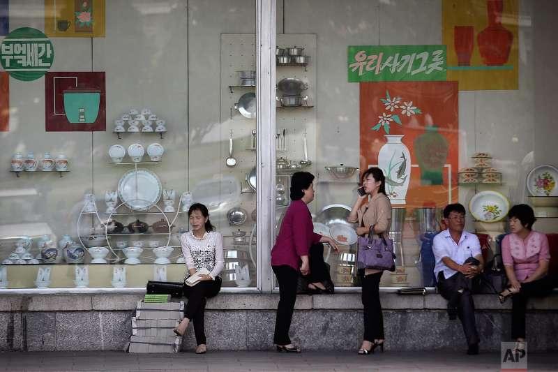 北韓民眾在平壤街邊休息。(美聯社)