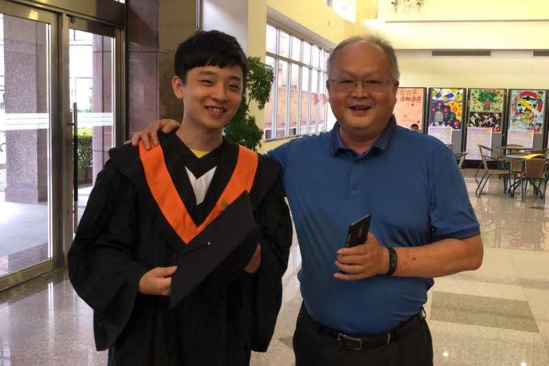 宏國德霖科大畢業生孫煒竣(左)今年一舉考取兩所國立大學研究所,師長都與有榮焉。(圖/宏國德霖科大提供)