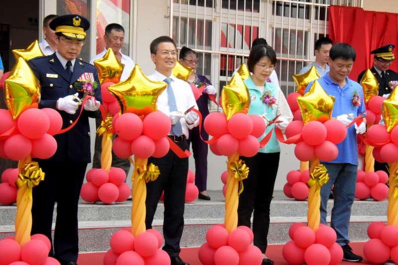 彰化縣長魏明谷出席安山派出所進駐啟用剪綵儀式。(圖/彰化縣政府提供)