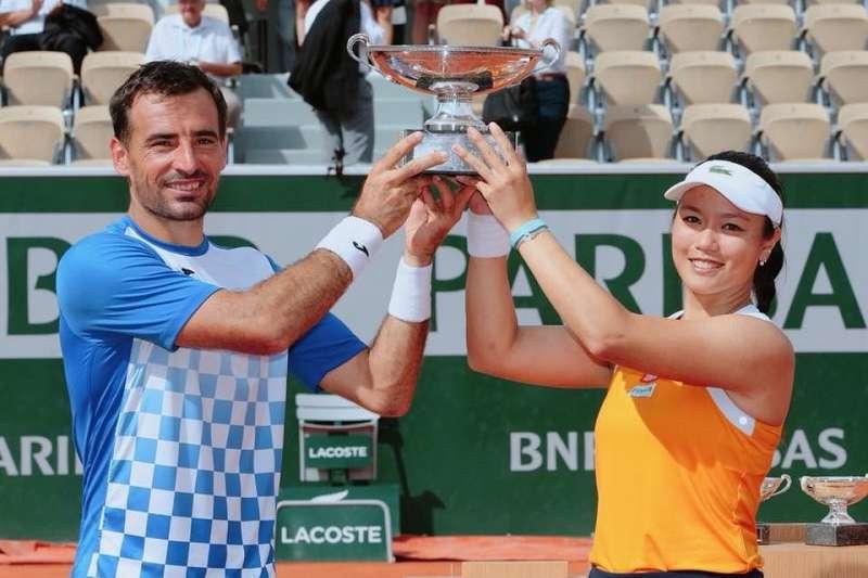 詹詠然(右)贏得個人生涯第一座法網混雙冠軍。(圖取自詹詠然臉書)