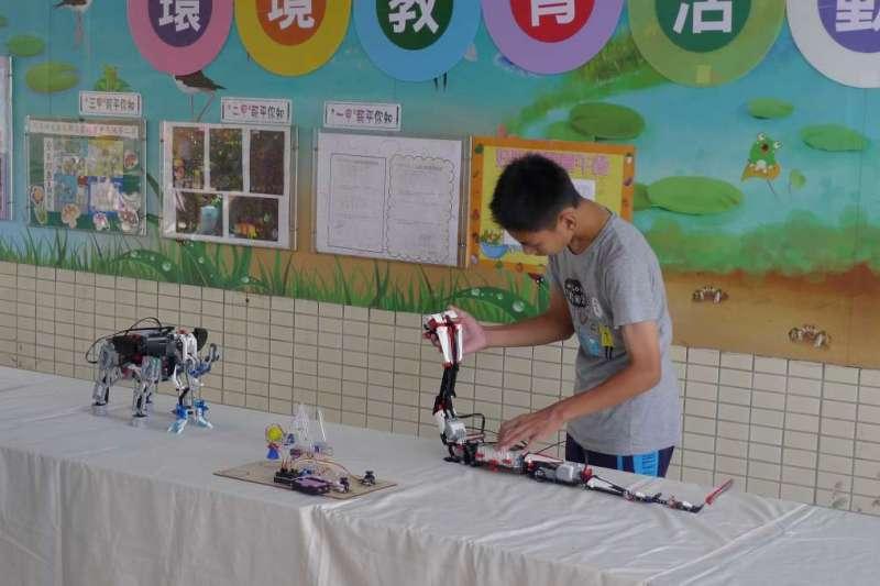 機器人也可以模仿鱟的步足、螃蟹的螯足和眼鏡蛇的運動機制,嘉義縣環保局首創將環境教育結合現代資訊科技,8日在新岑國小展示及操作仿生機器人。(圖/嘉義縣政府提供)