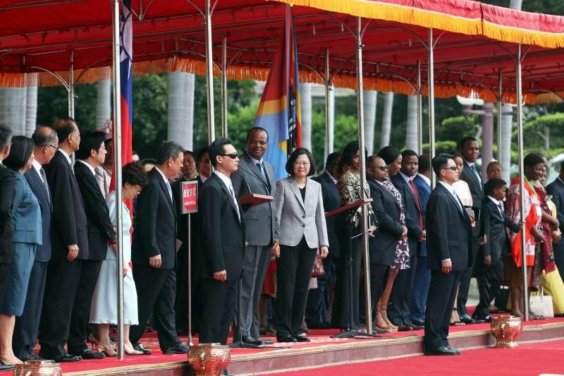 20180608-總統蔡英文8日以隆重軍禮歡迎史瓦帝尼王國的國王恩史瓦帝三世。(蘇仲泓攝)