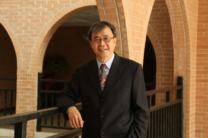 中山大學校長鄭英耀認為大學併校可提升高教競爭力,呼籲教育部應放寬法律限制。(取自國立中山大學網頁)