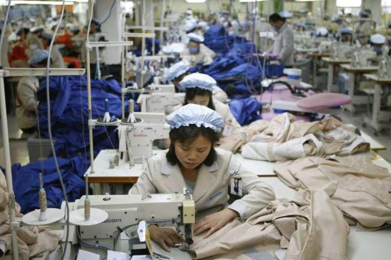 北韓成衣工廠的女性勞工(美聯社)