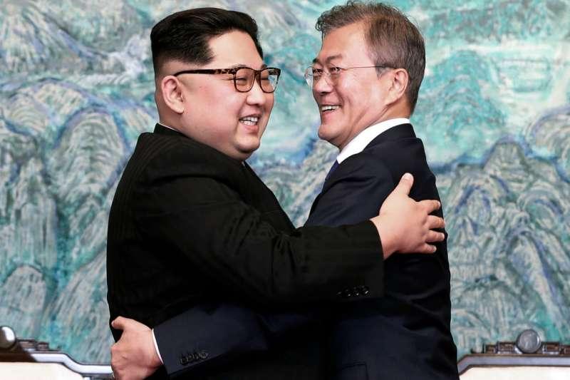 2018年4月247日,兩韓領導人金正恩、文在寅見面相擁。AP