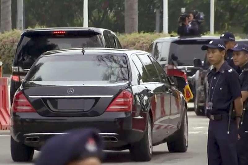 2018年6月10日,北韓(朝鮮)國務委員會委員長金正恩乘坐中國國航客機飛抵新加坡,下機後乘車前往下榻處「瑞吉酒店」。(AP)