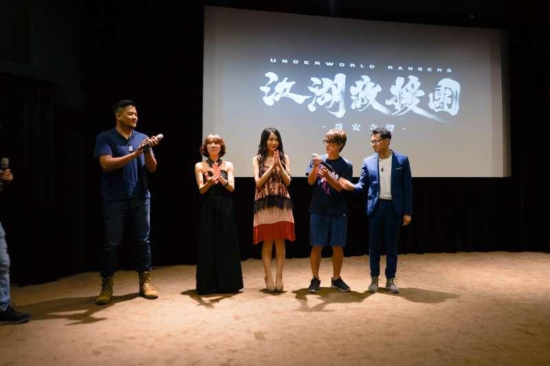 20180609-布袋戲團隊北少流自去年推出了劇集《江湖救援團》共2集的第一單元後,再度推出最新第二單元,並於9日晚間舉辦影迷放映會。劇中配音員(左起)張騰、連思宇、薛晴、HowHow、蔣鐵城與粉絲相見歡。(北少流映畫工作室提供)