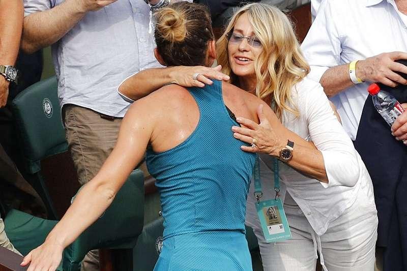 哈勒普(左)獲得冠軍後,與第一位在奧運女子體操獲得滿分的柯曼妮奇(右)擁抱。(美聯社)
