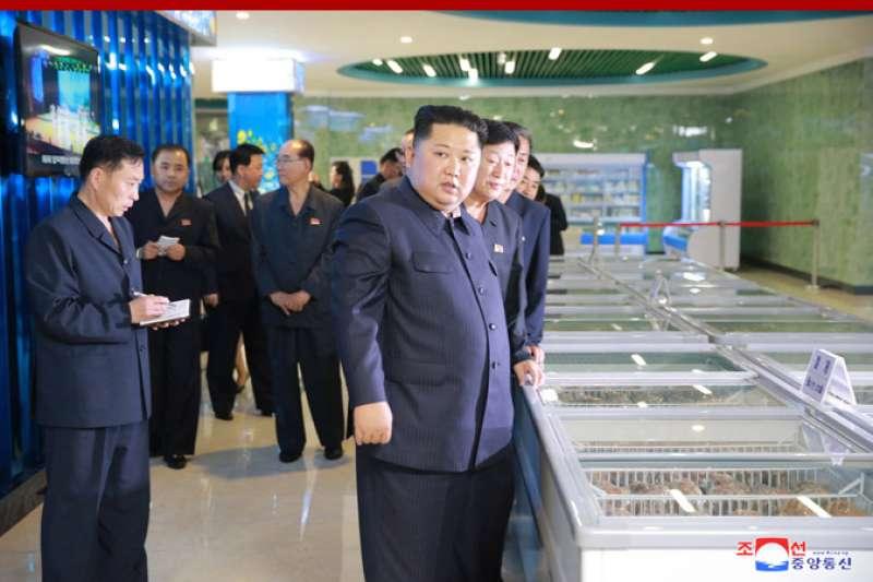 2018年9月,北韓最高領導人金正恩視察首都平壤的「平壤大同江水產品餐館」(KCNA)
