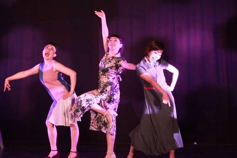 「極至體能舞蹈團」演出「換位遊戲:大風吹」,學童們也隨著音樂旋律手舞足蹈。(圖/國立新竹生活美學館提供)