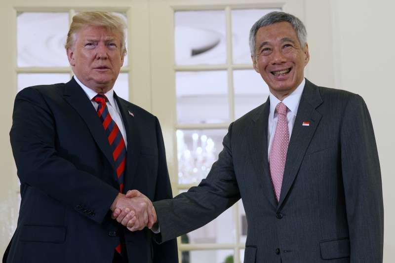 2018年6月11日,美國總統川普前往新加坡總統府,與新加坡總理李顯龍會談(AP)