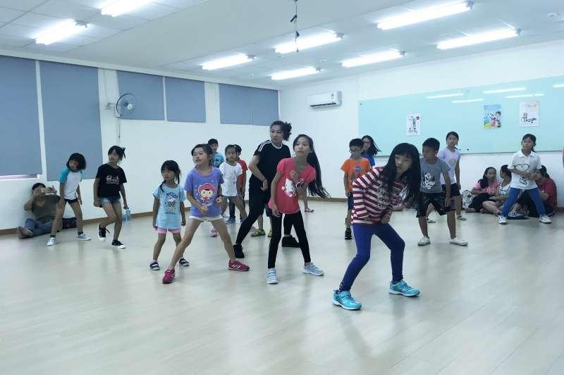 板橋區公所將在暑假展開街舞推廣課程,邀請大小朋友一起來FUN街頭。(圖/板橋區公所提供)